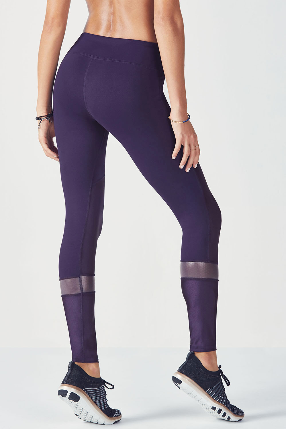 On the other hand, baggy leggings may give your legs a shapeless appearance. Still, they can look good when paired with a big dress of a similar color. If you are looking to give your legs a slimming effect, pair calf length leggings with knee length dresses. If you have small hips, opt for a skater dress.